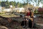 Обои Модель Ирина Попова с кошкой на руках сидит на улице, фотограф Maxim Guselnikov