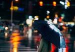 Обои Девушка стоит под зонтом на улице вечернего города