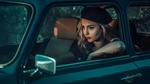 Обои Девушка в берете сидит в авто