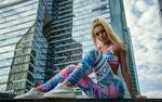 Обои Модель Anastasia Zajarova сидит на фоне высотного здания, фотограф Олег Климин