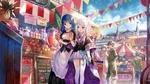 Обои Белокурая голубоглазая девочка покупает на городском рынке сладости в ясный летний день