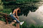 Обои Спортивная девушка сидит на шпагате на перилах мостика