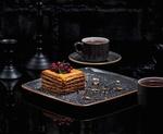 Обои Кусок торта с ягодами лежит на блюде среди чашек с чаем и шахматных фигур, by azeryan_stockers