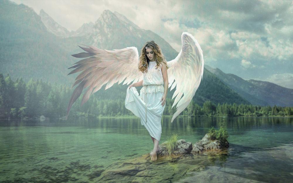 Обои для рабочего стола Девушка в образе ангела стоит на камне в окружении воды