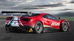 Обои Гоночный Ferrari 488 GT3 Evo 2020 года стоит на треке под пасмурным небом