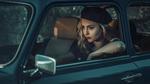 Обои Модель Joasia Braczkowska / Джоанна Брачковска в берете сидит в авто, фотограф Janusz Zolnierczyk