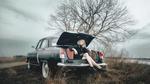 Обои Девушка в шляпе сидит в багажнике авто, by Andrew Vasiliev