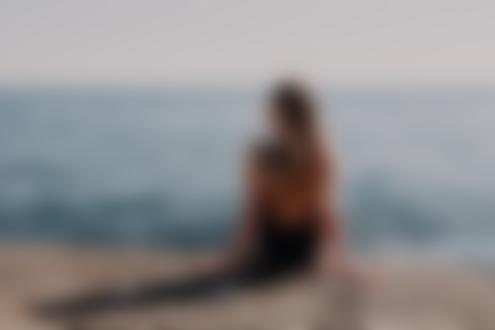 Обои для рабочего стола Девушка с тату на спине сидит у моря