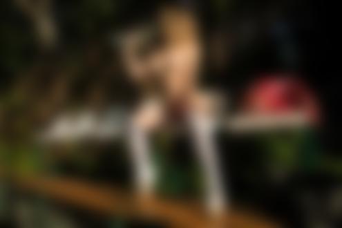 Обои Модель Александра Смелова топлес сидит на скамейке на спортивной площадке и пьет воду из бутылки