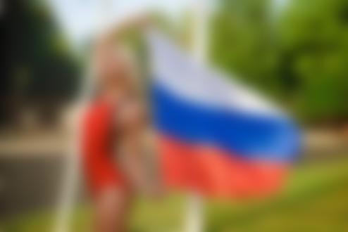 Обои Девушка в купальнике с российским флагом в руках