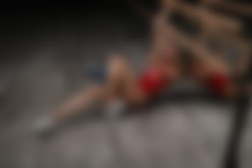 Обои Девушка в красном купальнике и кроссовках сидит на полу у станка