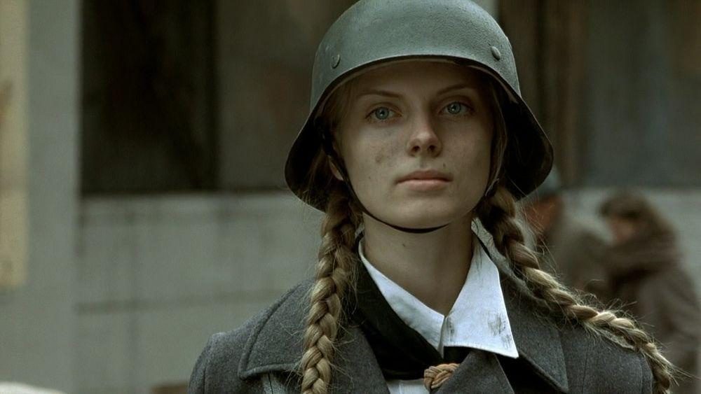 Обои для рабочего стола Девушка Инге Домбровски в немецкой каске, фильм Бункер
