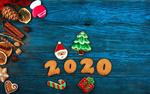 Обои На синем дощатом фоне елка, дед мороз, новогодняя выпечка и подарок, (2020)