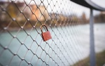 Обои Замок с сердечком весит на железном заборе, автор Marian Kroell
