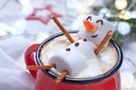 Обои Снеговик из маршмеллоу в чашке какао