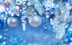Обои Новогодние шары, серпантин на веточках елки