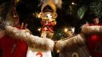 Обои Ёлочная игрушка - мышонок в мундире с дудочкой висит на нарядной новогодней елке