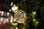 Обои Шар на сверкающей новогодней елке, by Zengame