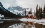 Обои Люди гуляют по мосту, который ведет к дому у небольшого горного озера, by Devon Hawkins