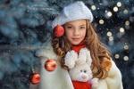 Обои Девочка в берете с игрушечным зайкой стоит у елки. Фотограф Георгий Бондаренко