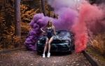 Обои Девушка сидит на капоте авто в цветном дыму на фоне осенней природы, фотограф Mila Skidanchuk / Людмила Скиданчук