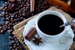 Обои Чашка кофе и палочки корицы на блюдце, зерна кофе на столе