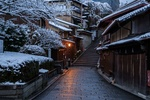 Обои Заснеженная узкая улочка Sanneizaka / Саннензака в старом Хигасияма-ку, Kyoto / Киото, Japan / Япония, by anglo10
