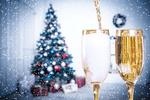 Обои Бокалы с шампанским на фоне новогодней елки