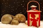 Обои Рождественский фонарь рядом с елочными игрушками, by Myriam Zilles