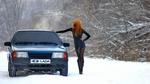 Обои Рыжеволосая девушка в коротком платье стоит спиной к камере у авто Lada Samara на фоне зимней природы