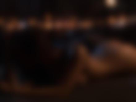 Обои для рабочего стола Обнаженная модель позирует на постели в комнате с гирляндой, by Роман Сухаревский