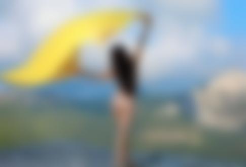 Обои Модель Martina / Мартина стоит на фоне природы с желтой тканью в руках
