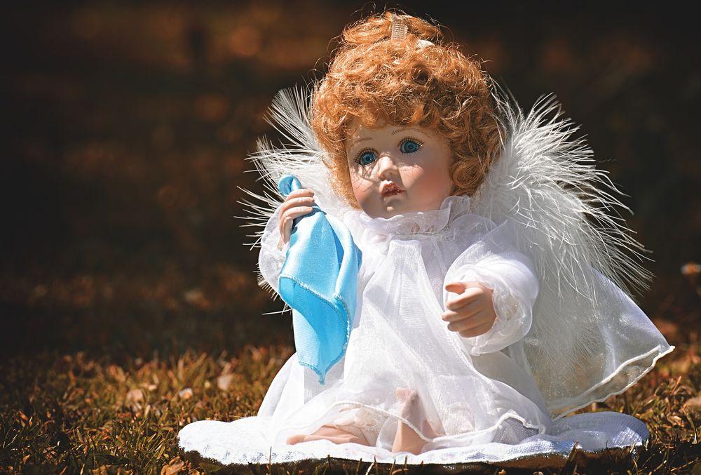 Обои для рабочего стола Кукла с крыльями ангела сидит на земле, by Alexas_Fotos