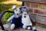 Обои Вязанные мягкие игрушки заяц и мышонок сидят обнявшись на старой скамейке, by congerdesign