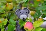 Обои Вязанный игрушечный мышонок на фоне веток с яблоками и листьями, by congerdesign