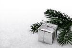 Обои Подарочная коробка и ветка ели лежат на снегу, by Bruno
