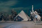 Обои Заснеженная избушка на фоне снега и заснеженных деревьев, фотограф Максим Евдокимов