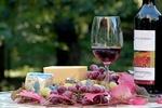 Обои Бутылка сухого вина, бокал с вином, сыр, виноград и розовые цветы стоят на столе на размытом фоне, by Christiane