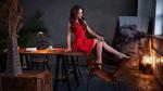 Обои Модель Есения в красном платье позирует на столе. Фотограф Olshevsky Sergey