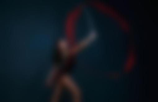 Обои Девушка - гимнастка с красной лентой. Фотограф Постонен Екатерина