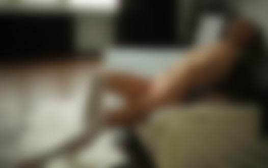 Обои Модель Катя Кловер позирует на диване