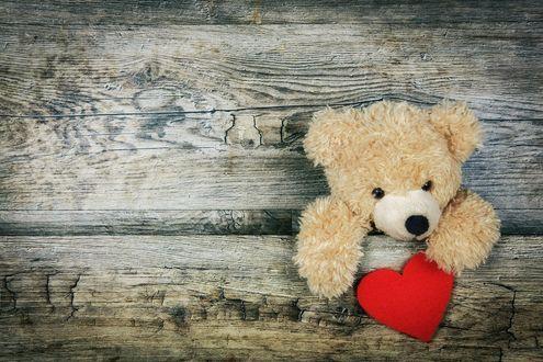 Конкурсная работа Плюшевый медвежонок на фоне сердечка на деревянной поверхности, byBruno