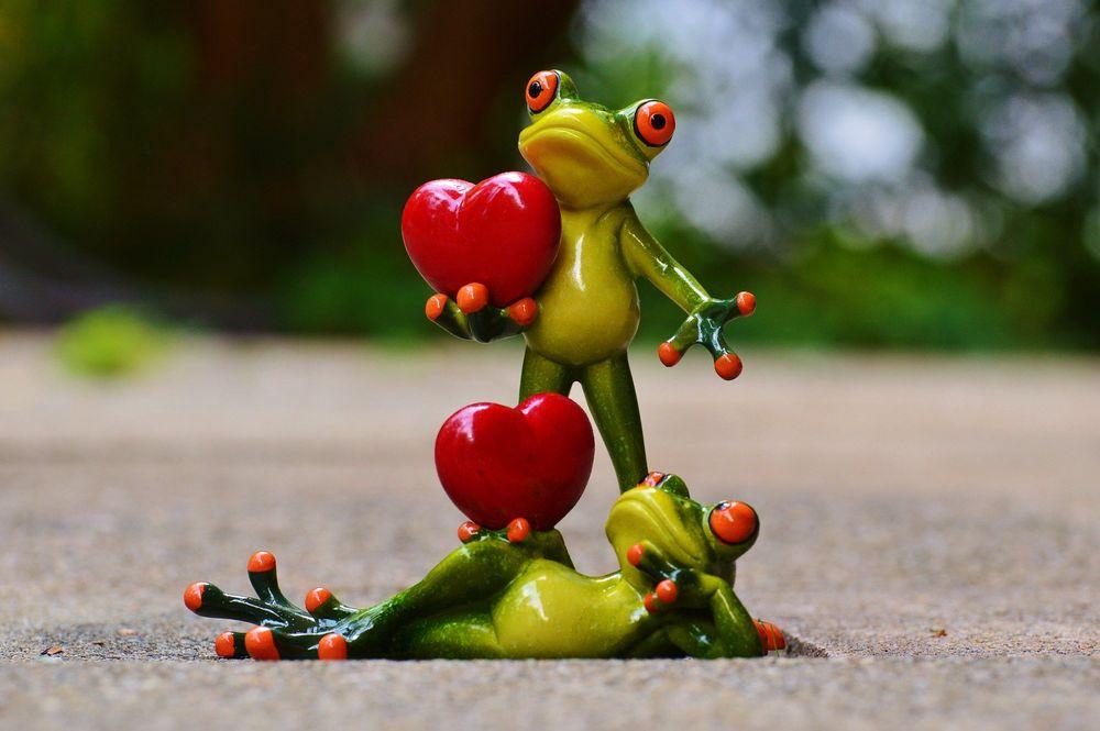 Обои для рабочего стола Две фигурки лягушат, держащих в лапках красные сердечки, by Alexas_Fotos