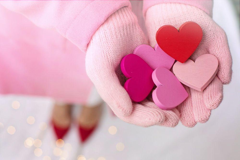 Обои для рабочего стола Руки девушки в розовых перчатках держат розовые и красные сердечки, by Jill Wellington