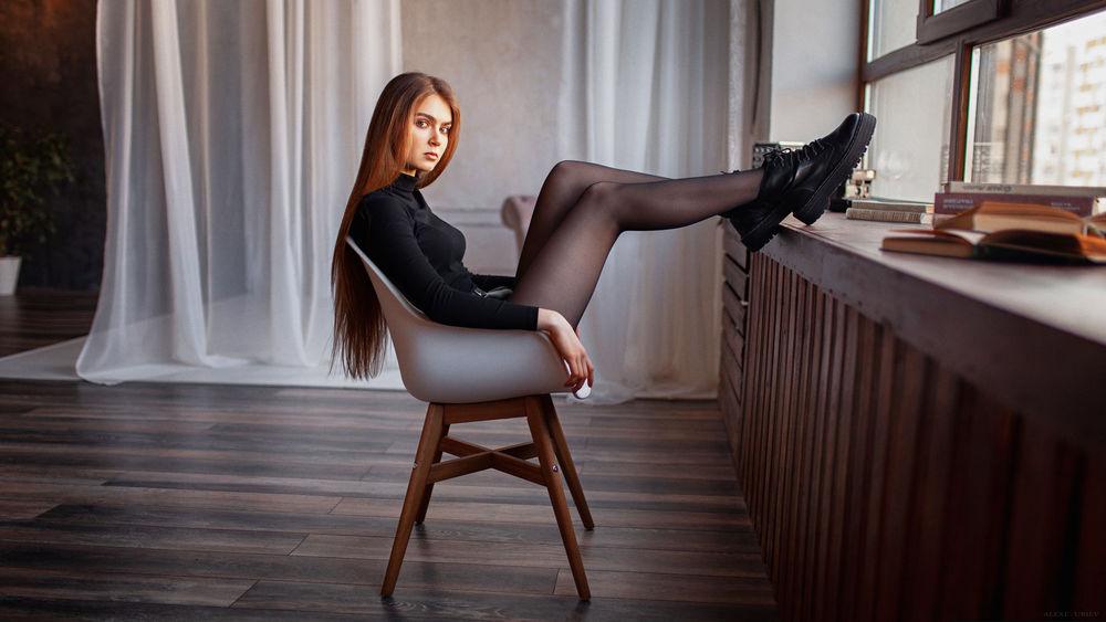 Обои для рабочего стола Модель Poly сидит у окна, фотограф Юрьев Алексей