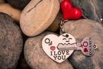 Обои Брелок в виде сердечка с ключом на камнях (I LOVE YOU)