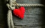 Обои Красное сердечко на веревке, by congerdesign