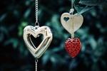 Обои Три сердечка - подвески на размытом фоне