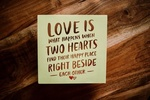 Обои Записка с текстом LOVE IS WHAT HAPPENS WHEN TWO HEARTS FIND THEIR HAPPY PLACE RIGHT BESIDE EACH OTHER / ЛЮБОВЬ-ЭТО ТО, ЧТО ПРОИСХОДИТ, КОГДА ДВА СЕРДЦА НАХОДЯТ СВОЕ СЧАСТЛИВОЕ МЕСТО РЯДОМ ДРУГ С ДРУГОМ