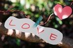 Обои К шнурку с сердечком прикреплена записка со словом love / любовь, by Luisella Planeta Leoni